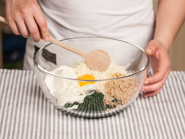 Anschließend Spinat und Pinienkerne mit Eigelb, Pecorino und Ricotta vermengen. Großzügig mit Salz und Pfeffer abschmecken.