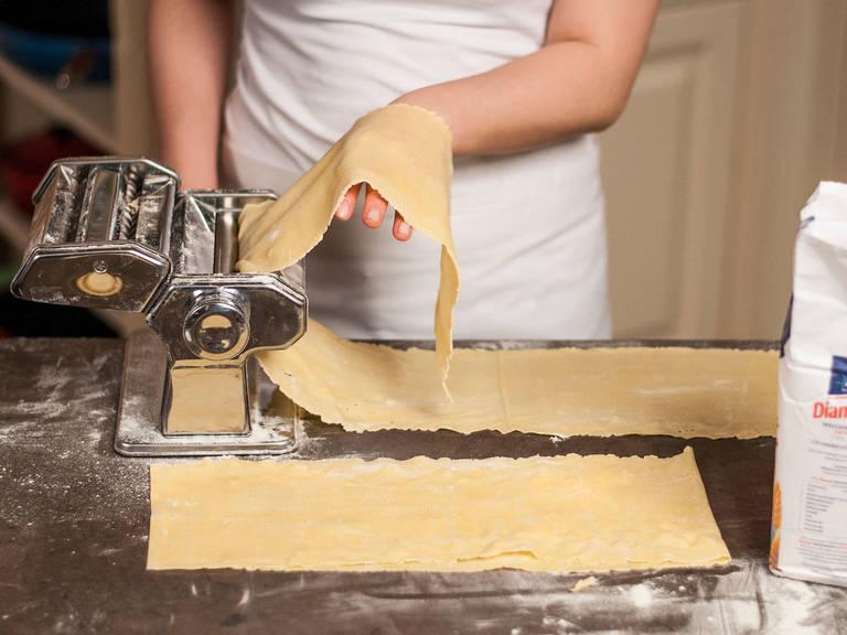 Den Nudelteig halbieren. Beide Hälften auf einer bemehlten Fläche jeweils möglichst dünn mit dem Nudelholz oder einer Nudelmaschine ausrollen und in 5 cm x 40 cm lange Streifen schneiden.