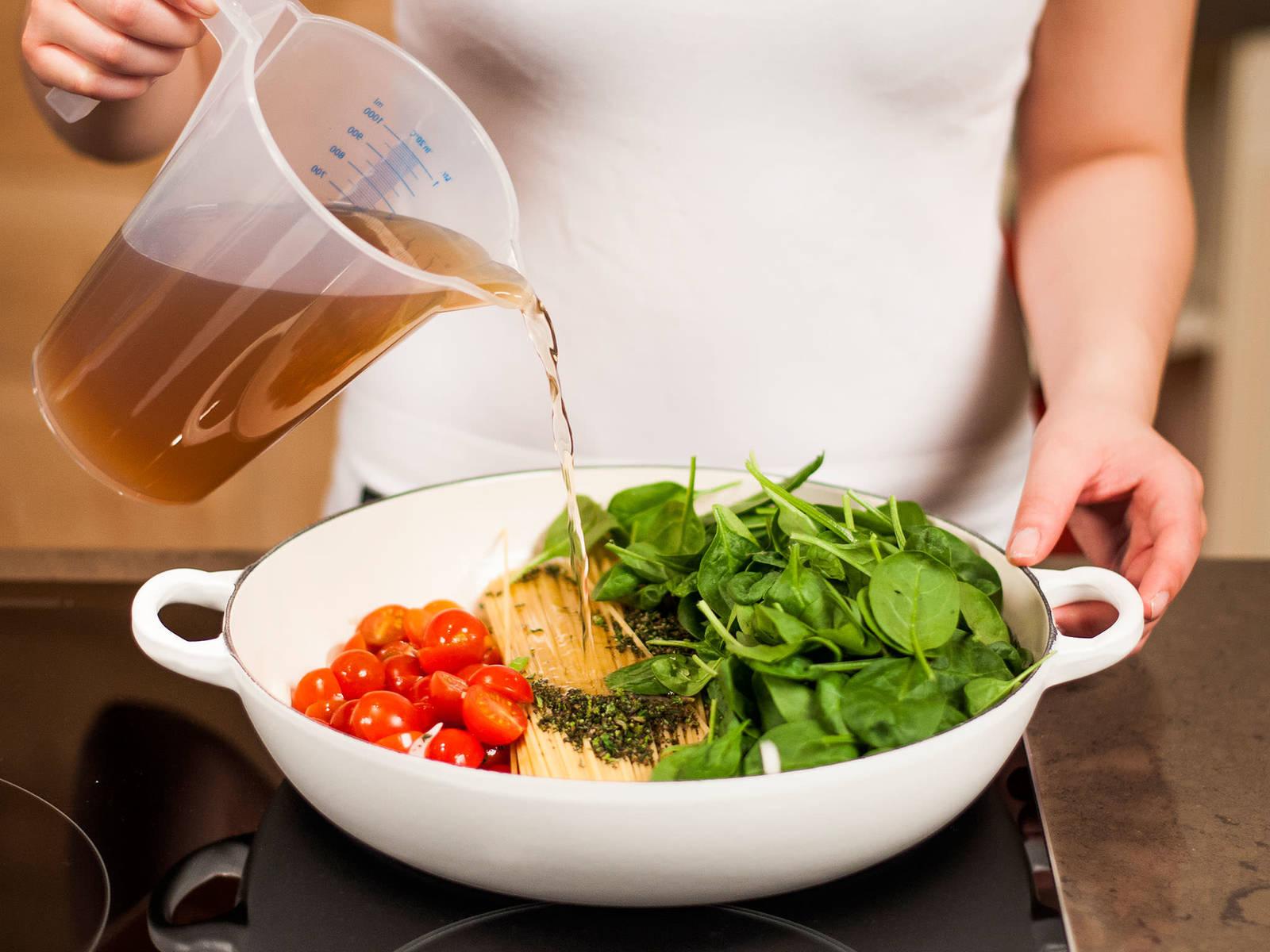 Nun Pasta, Babyspinat, Cocktailtomaten, Thymian und Basilikum in die Pfanne geben und mit Brühe aufgießen. Unter gelegentlichem Rühren ca. 10 – 12 Min. köcheln lassen, bis die Flüssigkeit verdampft ist.