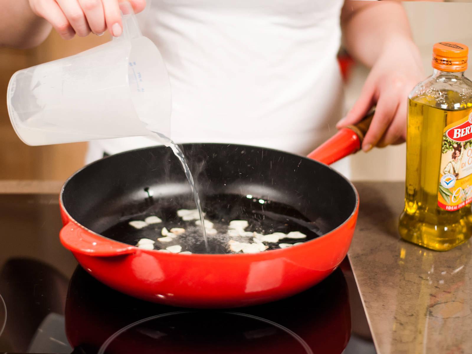 Olivenöl in einer Pfanne erhitzen. Knoblauch darin ca. 1 – 2 Min. dünsten. Mit Nudelwasser ablöschen.