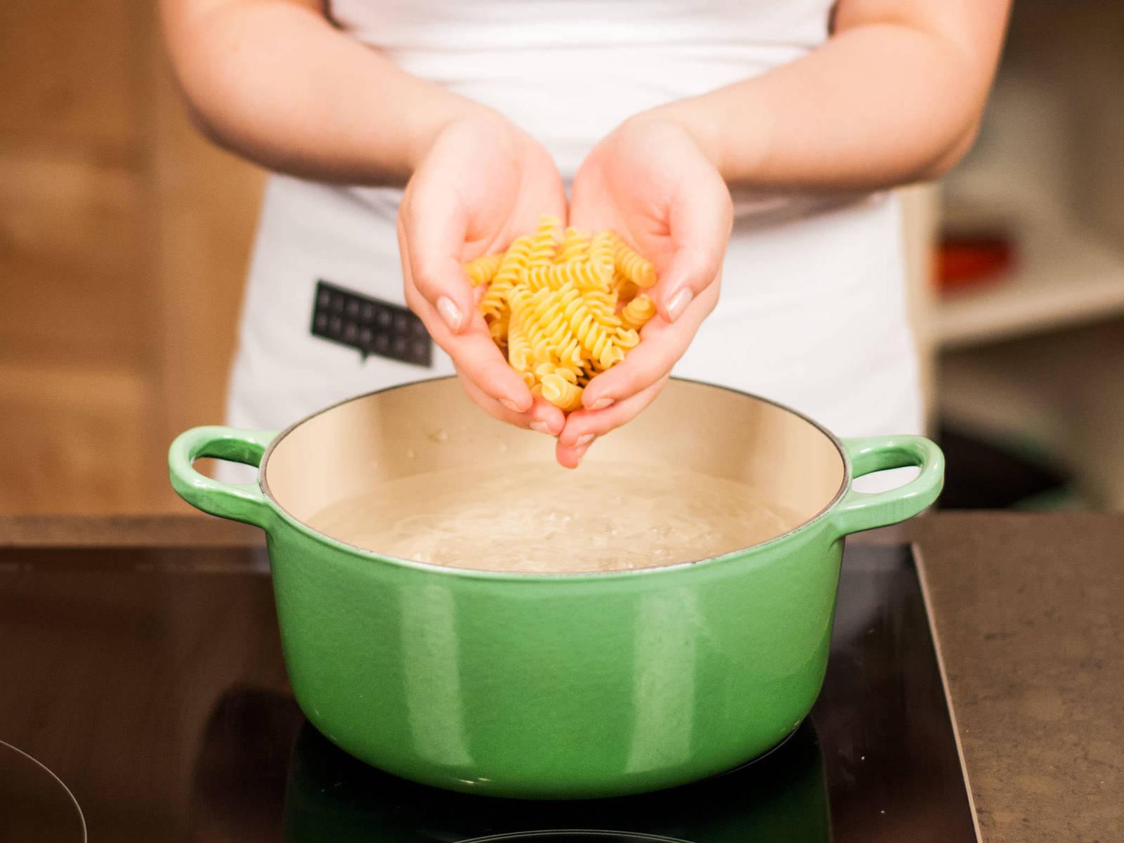 按照包装上的说明,将意大利面放入加少许盐的开水中煮10分钟左右,至有嚼劲。沥干水分,留一些煮面汤,备用。