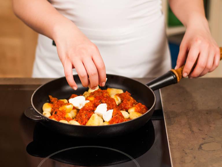 Zum Servieren Gnocchi mit Tomatensoße anrichten und Büffelmozzarella darüber geben. Mit frischem Basilikum garnieren. Guten Appetit!