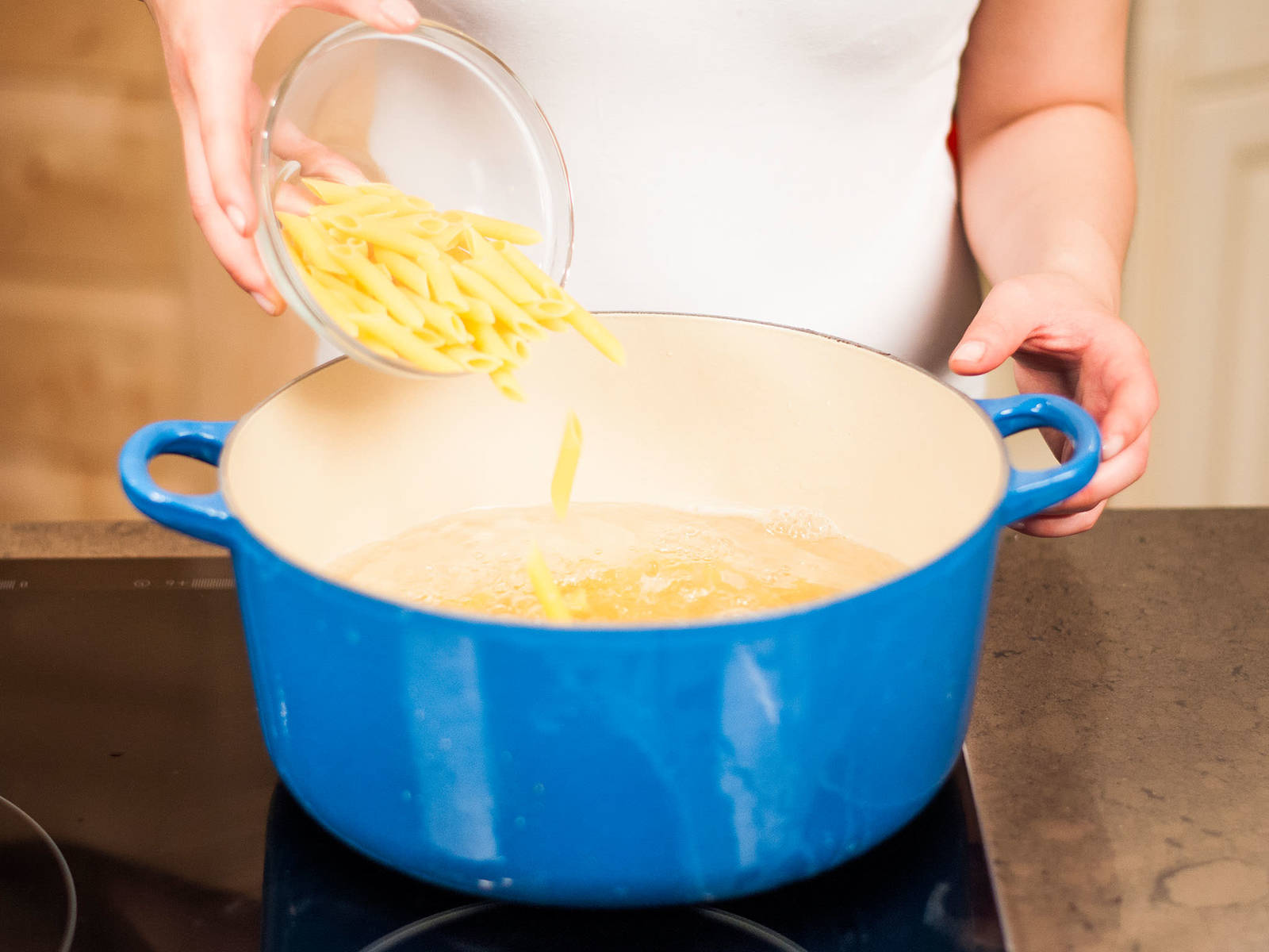 按照包装上的说明,将意大利面放入加少许盐的开水中煮10分钟左右,至有嚼劲。沥干水分后静置冷却。