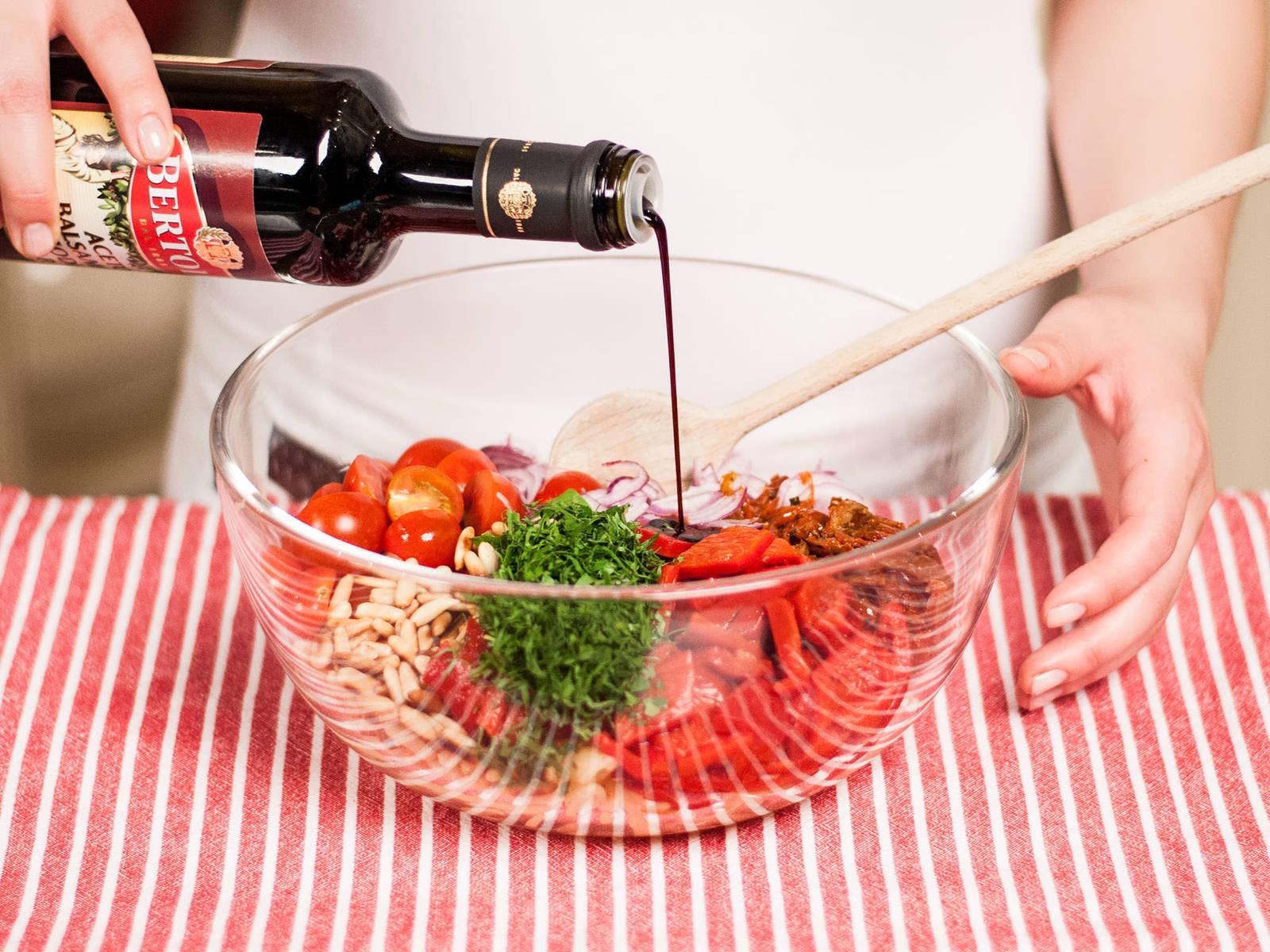 将煮好的意面和洋葱圈、樱桃番茄、灯笼椒、番茄干、烘好的松子和芝麻菜拌匀。加入4汤匙浸番茄干的油和2汤匙香醋。多加些盐和胡椒调味。