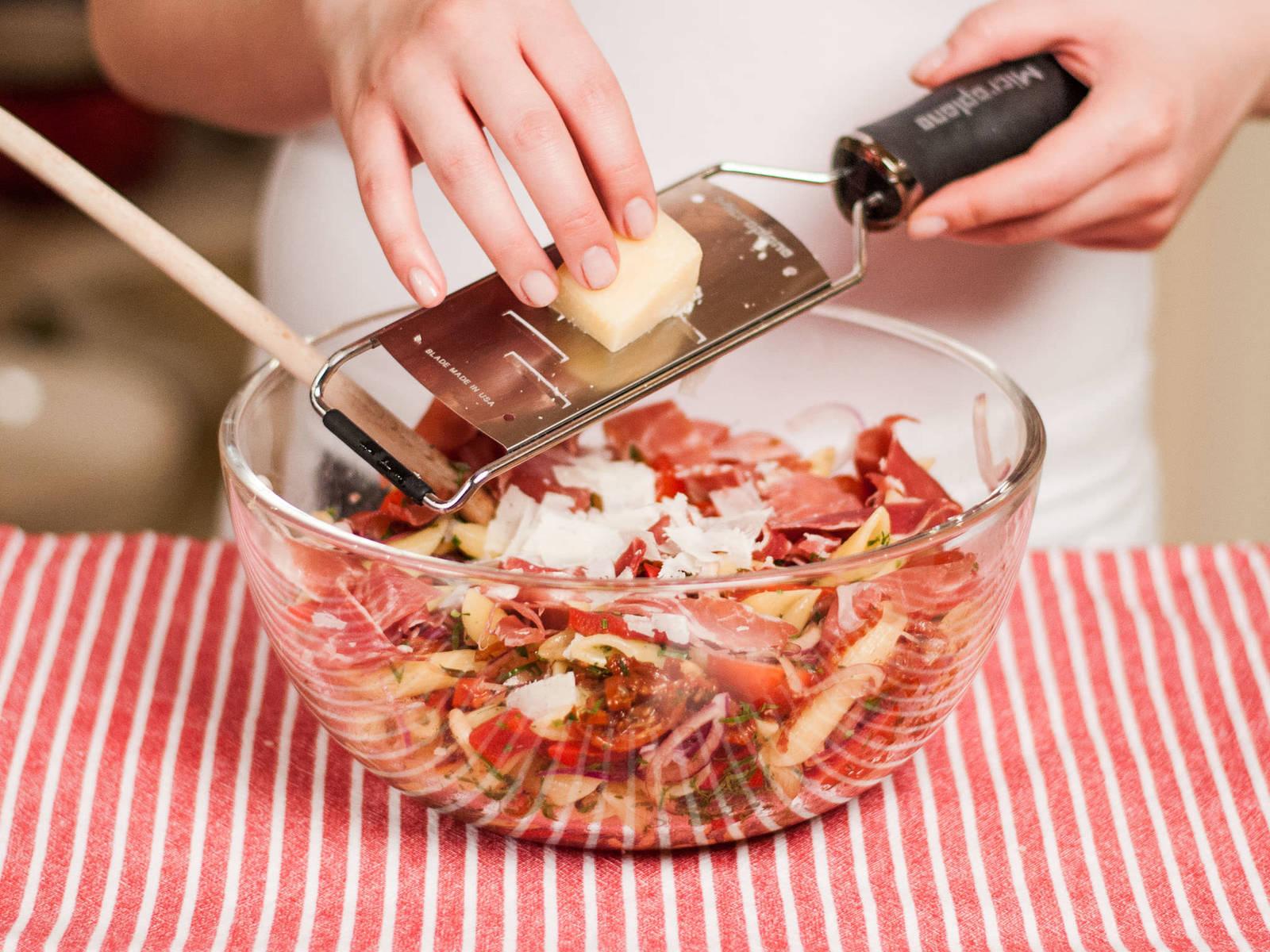 将塞拉诺火腿撕碎,放入沙拉中,混合均匀后撒上帕玛森奶酪碎即可享用。