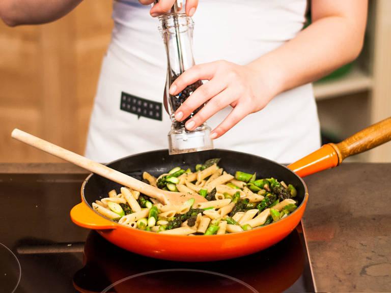 在锅中加入煮好的意面和百里香叶,轻轻搅拌。多加些盐和胡椒粉调味。