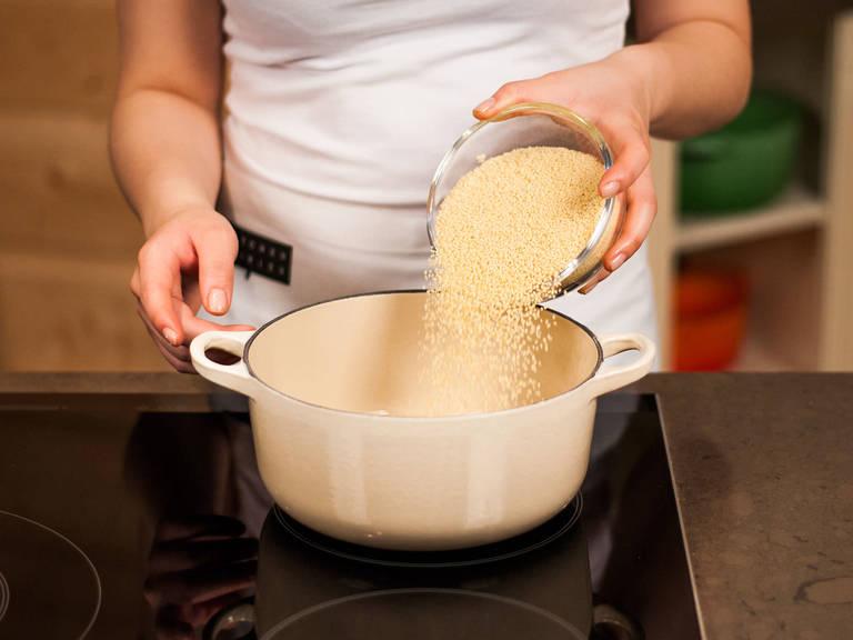 按照包装上的说明,将小米浸泡后,用热水煮好备用。