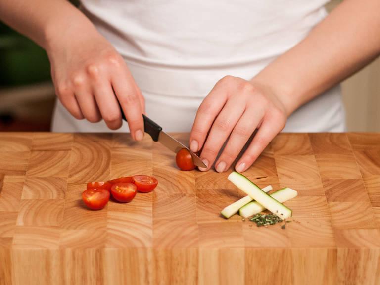 将西葫芦先切半,再切成条,迷迭香剁细末,樱桃番茄切半。