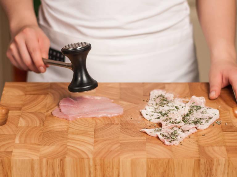 将鸡肉敲平,裹一薄层面粉与迷迭香末。