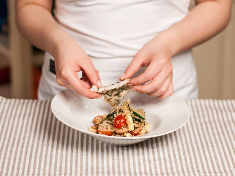 制作沙拉调味汁:将橄榄油、醋、芥末、蜂蜜、盐与胡椒粉搅拌均匀。将小米放入大碗,加入西葫芦、番茄、芝麻菜与腰果轻轻搅拌。淋上沙拉调味汁,放上煎好的鸡肉享用吧!
