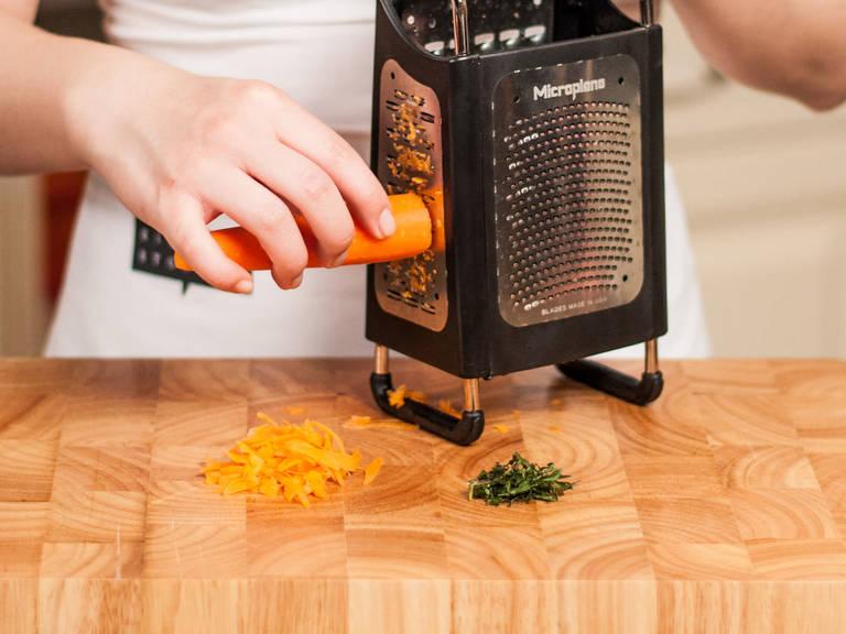 In der Zwischenzeit für den Karottensalat Minze fein hacken und Karotten schälen sowie raspeln.