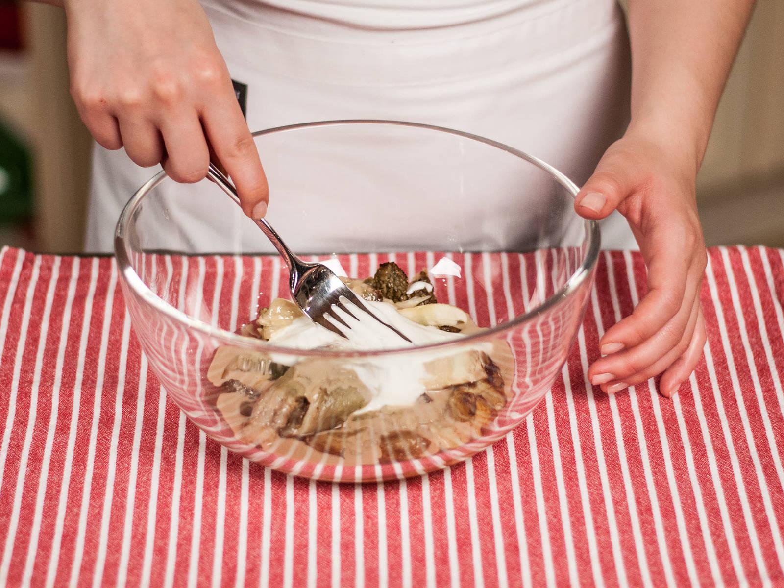 将百里香叶与蒜剁细碎,放入茄子泥中,同时加入芝麻酱、原味酸奶与柠檬汁,搅拌均匀。加盐与胡椒粉调味,佐以新鲜蔬菜条享用。