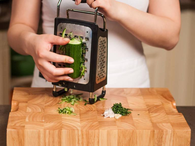 将大蒜压碎或切碎,薄荷叶剁细末,洋葱切丁。将黄瓜擦碎,尽可能挤出里面的水分,置于碗中备用。