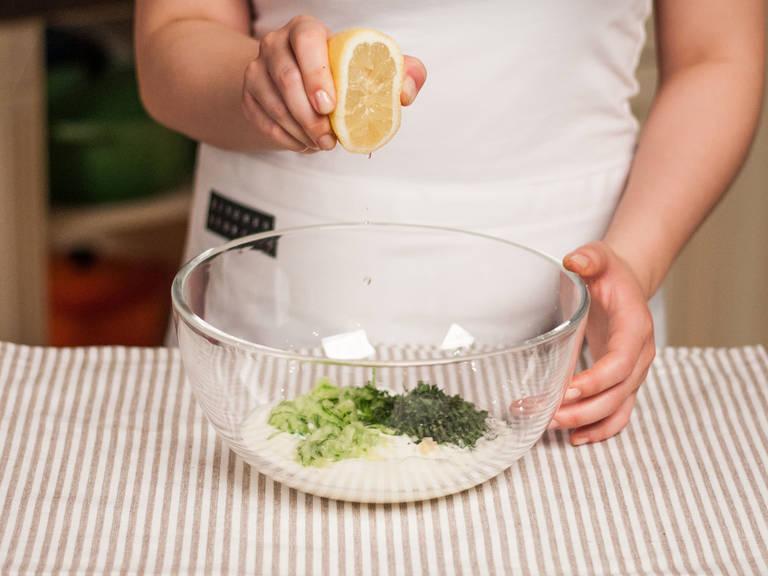 制作酸奶黄瓜酱:将黄瓜、蒜、薄荷、柠檬汁与土耳其酸奶搅拌均匀,放入冰箱中冷藏备用。