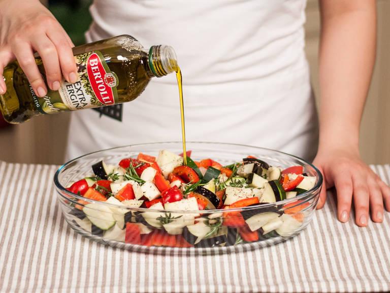 Das gewürfelte Gemüse in eine Auflaufform geben. Mit Tomaten, Olivenöl, Zitronensaft und Kräutern vermengen. Kräftig salzen und pfeffern. Anschließend im vorgeheizten Backofen bei 200°C ca. 45 – 60 Min. backen bis das Gemüse weich und gar ist. Nach 30 Min. den Fetakäse über dem Gemüse verteilen. Zu Kartoffeln oder Röstbrot reichen.