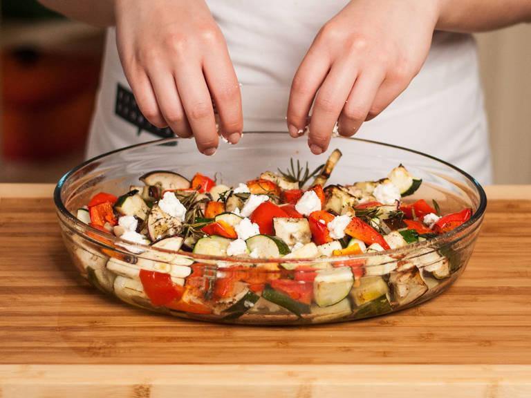 Anschließend im vorgeheizten Backofen bei 200°C ca. 45 – 60 Min. backen bis das Gemüse weich und gar ist. Nach 30 Min. den Fetakäse über dem Gemüse verteilen. Zu Kartoffeln oder Röstbrot reichen.