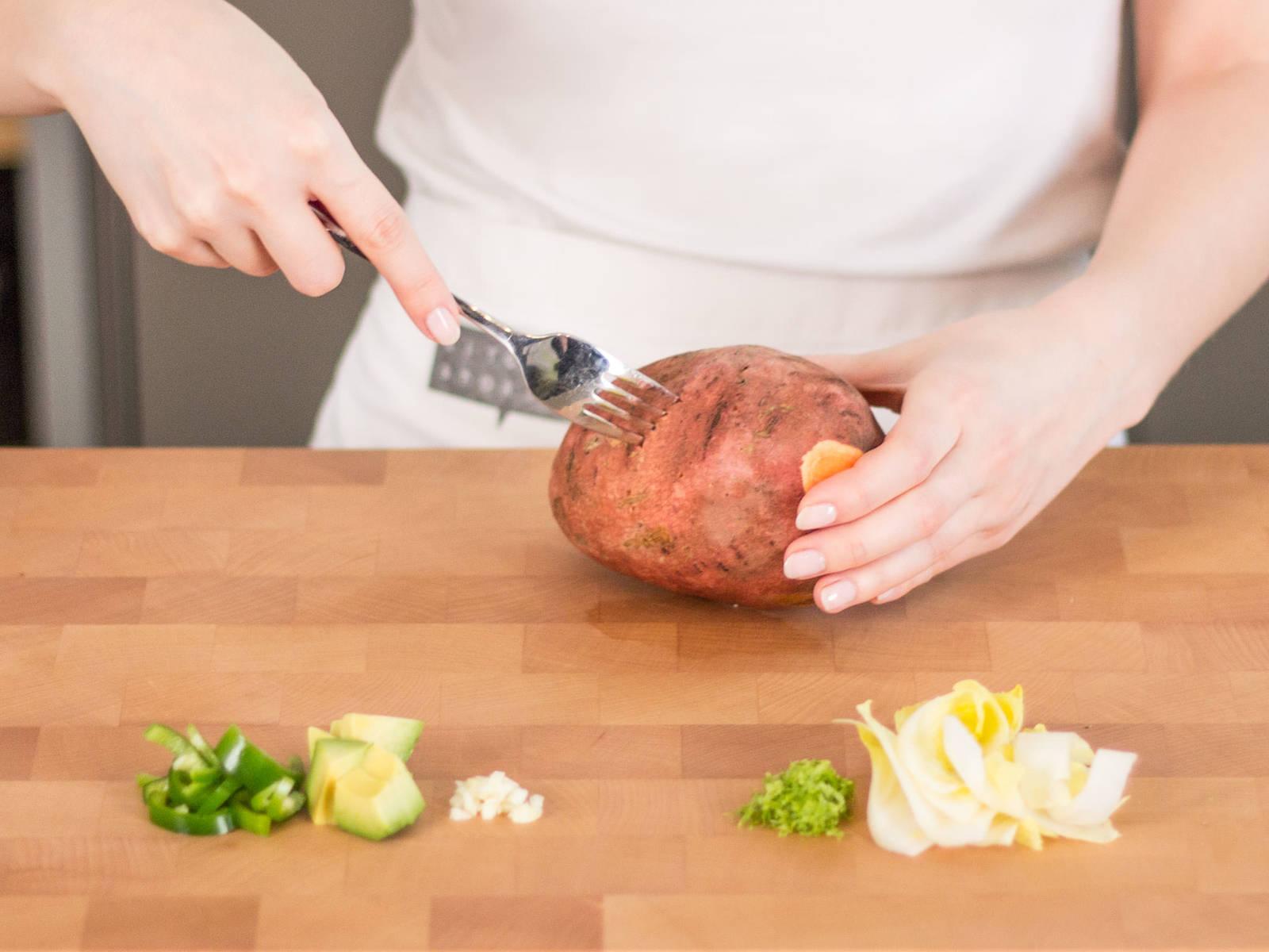 Ofen auf 200°C vorheizen. Süßkartoffeln 5-7 Mal mit einer Gabel einstechen. Limetten auspressen und Schale abreiben. Etwas Saft für die Füllung zur Seite stellen. Knoblauch fein hacken. Paprika, Avocado und Chicorée in mundgerechte Stücke schneiden. Wenn gewünscht, Chilischote fein hacken.