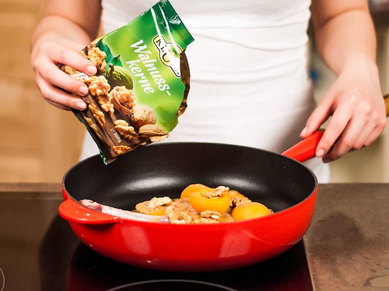 将猪排移入烤盘中,用刷子多刷些烤肉酱汁。加入杏和核桃,在烤箱中烤10-15分钟,直至杏变软。加盐与胡椒粉调味,搭配新鲜夏日沙拉即可享用。