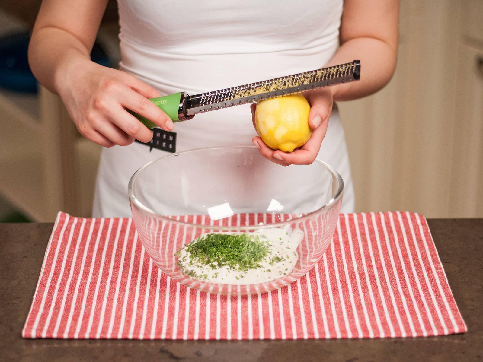 将酸奶油、细香葱末、柠檬皮碎及柠檬汁搅拌均匀。用盐和胡椒粉调味,配烤土豆和牛排享用。