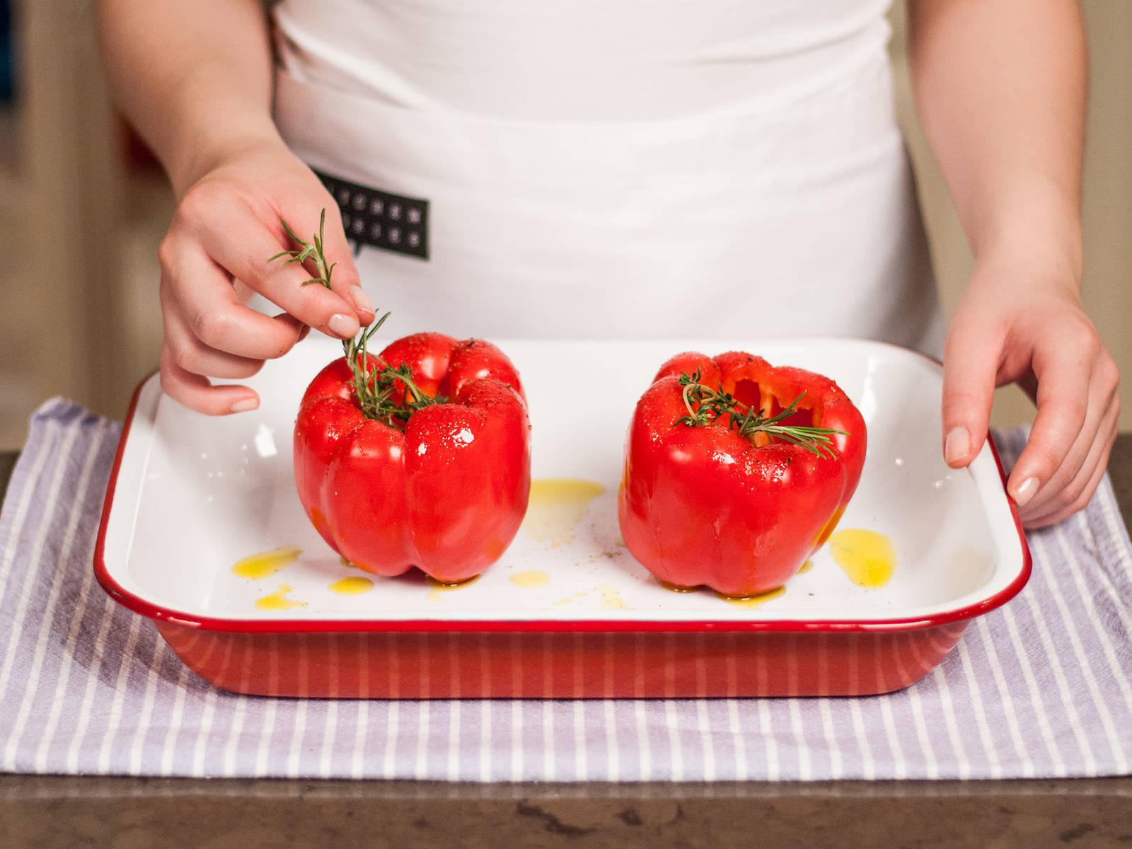 Paprika mit zerdrückter Knoblauchzehe, Thymian, Rosmarin und den Paprikawürfeln füllen. Anschließend mit Salz und Pfeffer würzen und mit etwas Olivenöl beträufeln.