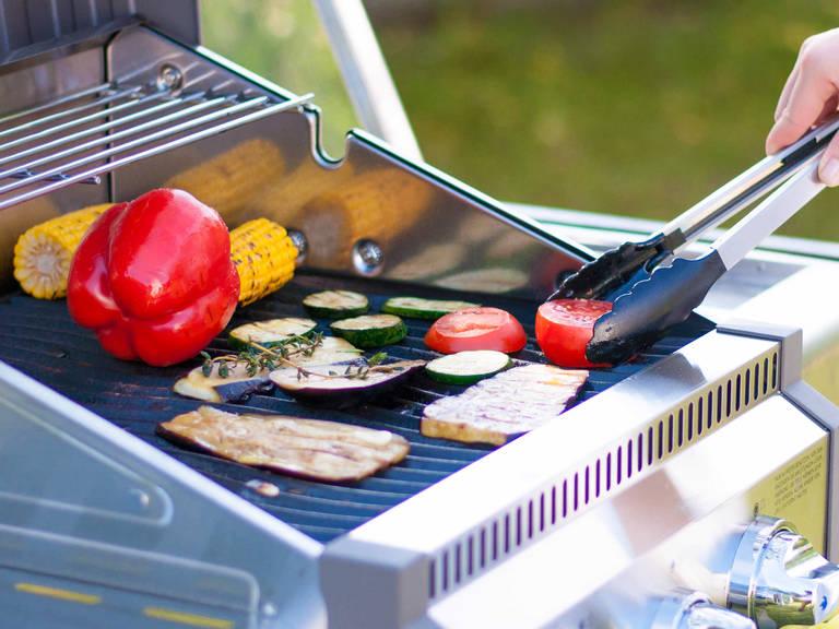 Mariniertes Gemüse auf den Grill legen und erneut salzen. Gemüse von beiden Seiten ca. 10 – 25 Min. garen und ab und zu wenden. Anschließend die Aubergine, Zucchini und Tomate aus der direkten Glut nehmen und weitere 2 – 5 Min. garen. Mit etwas Butter und Joghurtdip servieren.