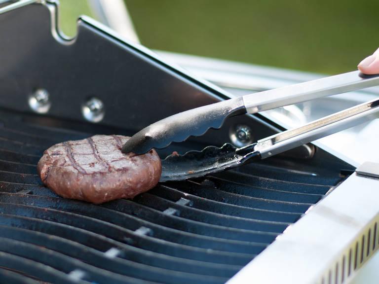 Pattys auf den heißen Grill legen und von beiden Seiten für je ca. 4 – 5 Min. grillen, abhängig von der Dicke. Eine Scheibe Cheddar auf jeden Patty legen und für ca. 1 Minute schmelzen lassen.