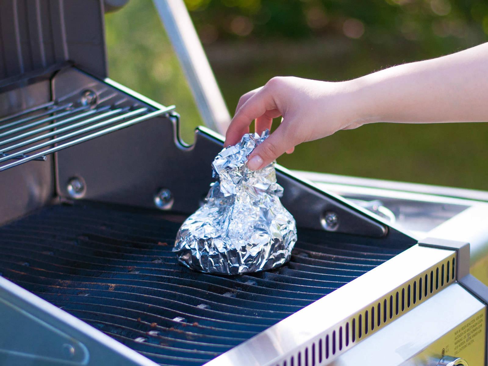 Die Alufolie falten, gut verschließen und das Päckchen anschließend auf den Grill legen. Je nach Größe ca. 15 - 20 Min. grillen bis der Käse weich wird.