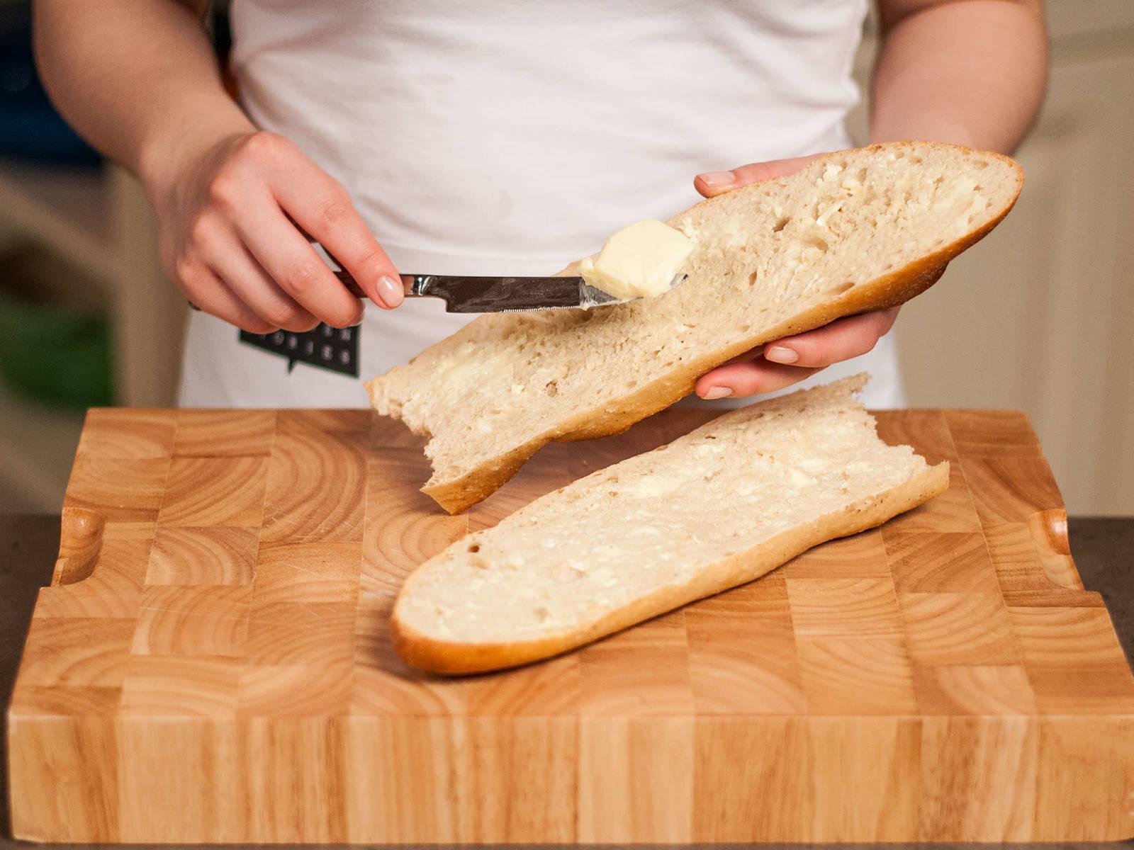 Baguette längs aufschneiden und von beiden Seiten kurz auf den Grill legen, bis es knusprig ist. Das gegrillte Baguette mit etwas Butter bestreichen und mit der übrigen Knoblauchzehe einreiben. Anschließend mit dem Camembert und nach Geschmack mit Gemüsesticks servieren.