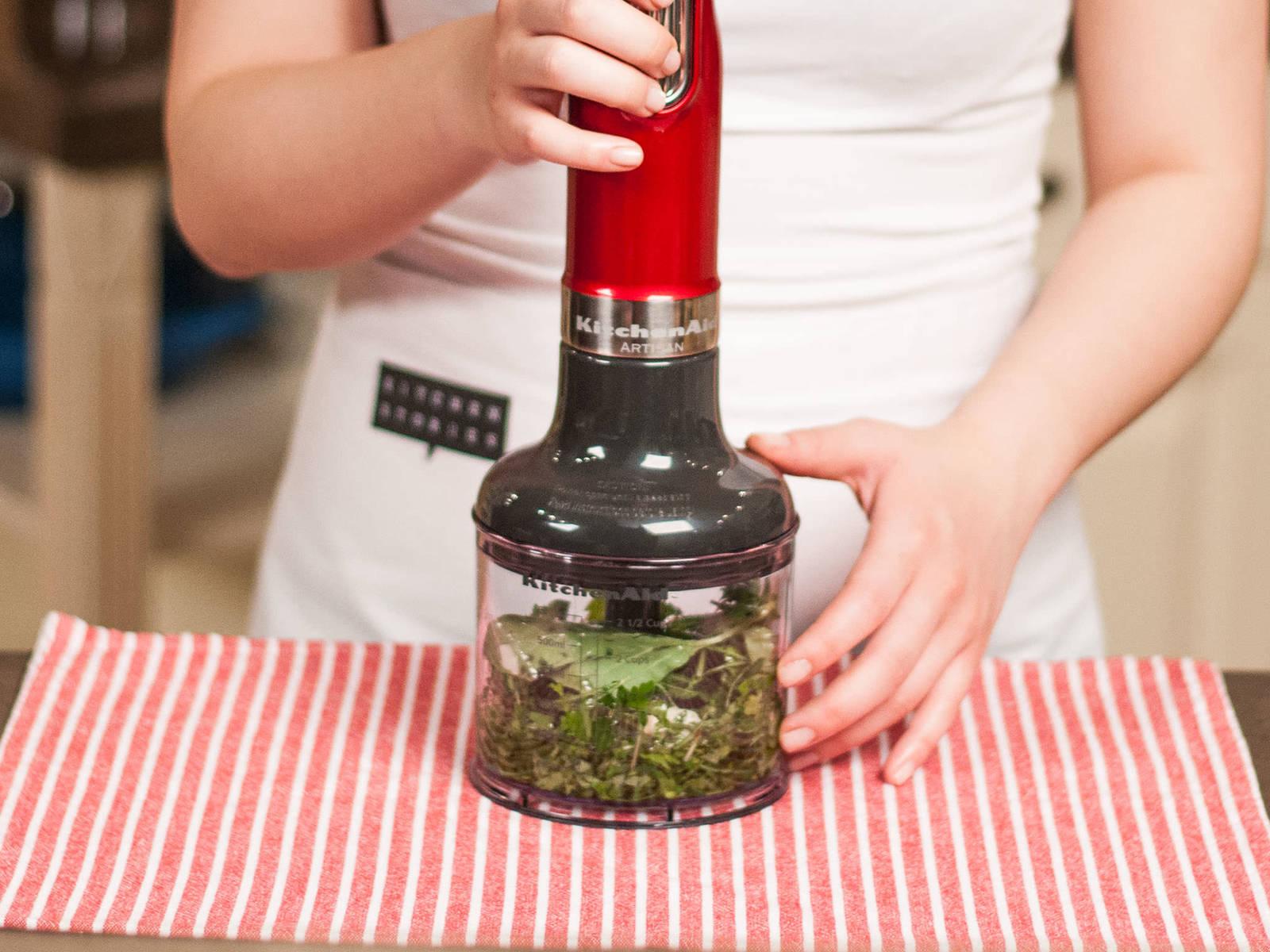 Für das Pesto die Blätter von Basilikum, Petersilie, Rosmarin und Thymian verlesen. Knoblauchzehe schälen und zerdrücken. Alles in einem Zerkleinerer fein pürieren. Mit Salz und Pfeffer kräftig würzen.