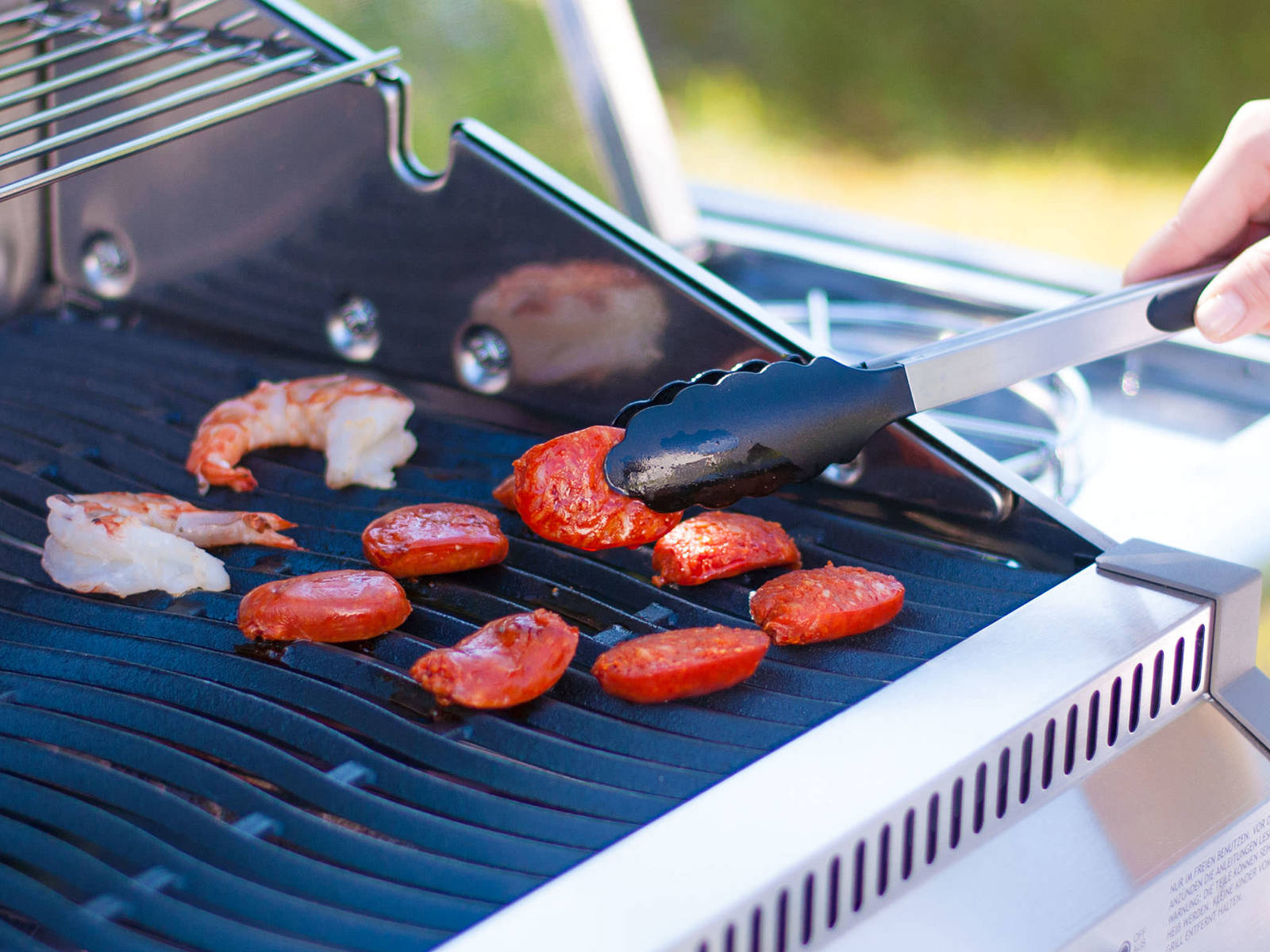 Place bell pepper, chorizo slices and shrimp on grill. Turn approx. after 2 – 3 min. Cover chorizo with some cheese.