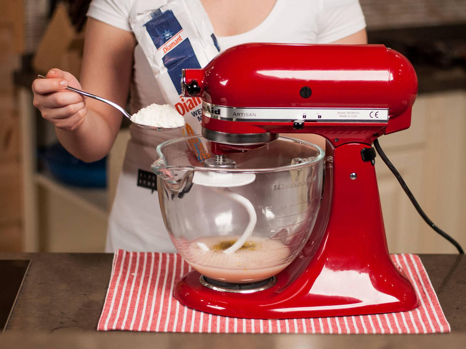 将酵母粉溶解在微温的水中。加入面粉、牛至、迷迭香、姜黄、盐与胡椒粉,搅拌约10分钟,直至形成光滑的面团。将面团盖好,放在温暖处发酵至两倍大,约40分钟。