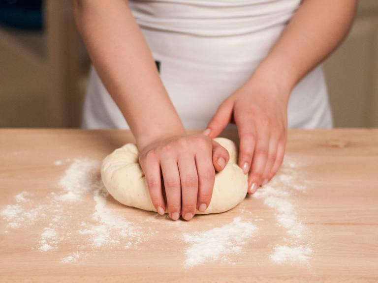 Grill vorheizen. Arbeitsoberfläche mit Mehl bestäuben. Anschließend den Teig nochmals mit den Händen glatt kneten.