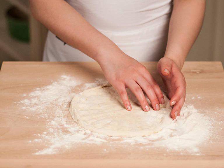 Teig in 4 gleich große Stücke teilen. Den Teig jeweils mit den Fingern in runde, dünne Fladen formen. Nach Belieben an den Seiten einen kleinen Rand einarbeiten.