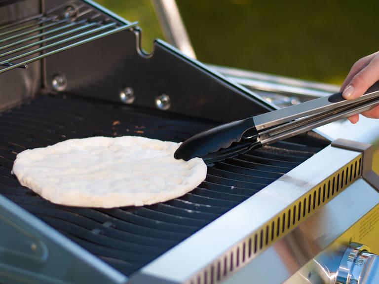 Teigfladen auf dem Grill von beiden Seiten für jeweils ca. 5 – 8 Min. gar grillen. Der Teig sollte leicht gebräunt sein und ein wenig aufgehen.