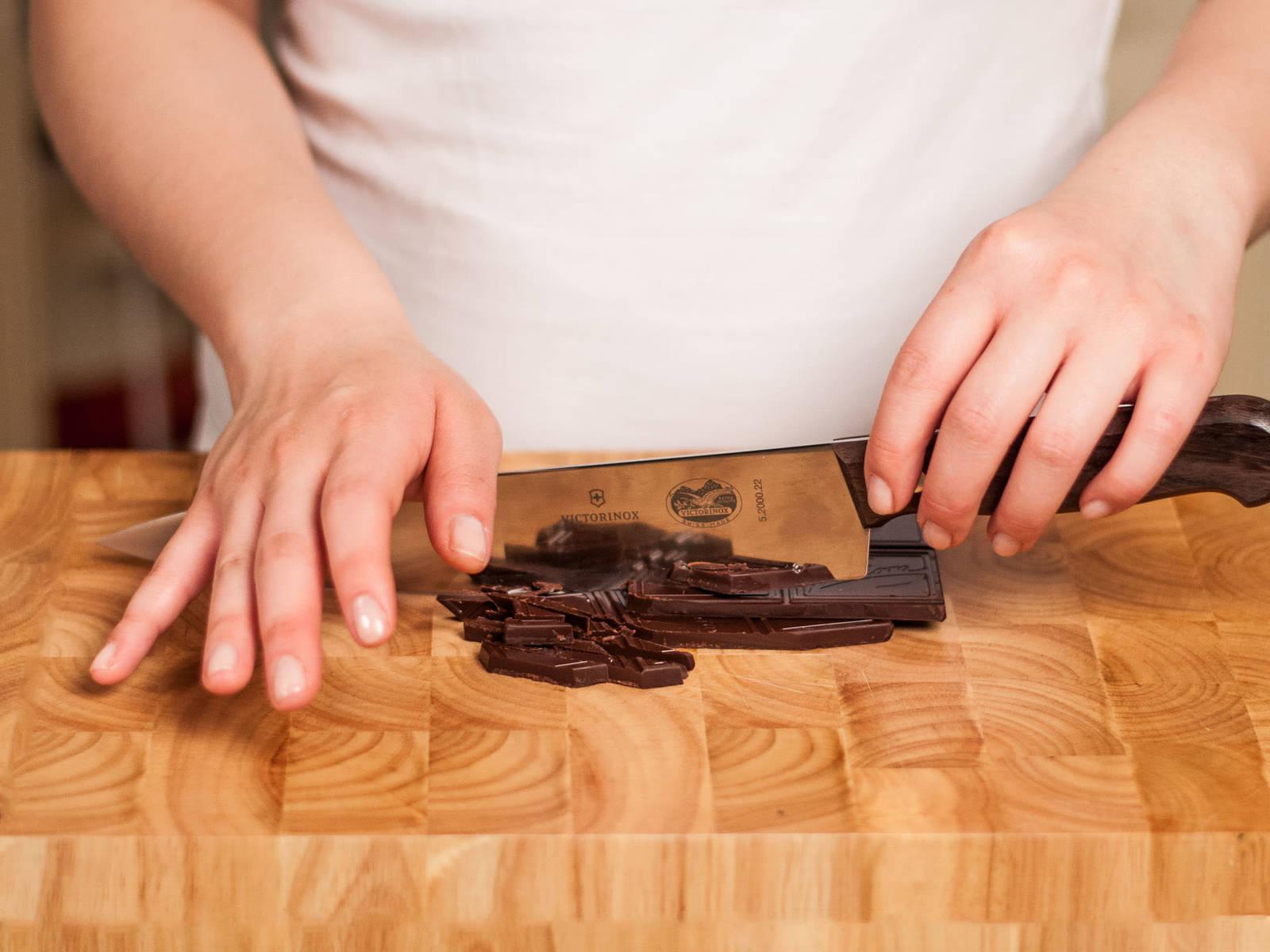 将柠檬和橙子去皮榨汁。向果汁中加入红糖,搅拌均匀。预热烤炉。将黑巧克力剁碎。