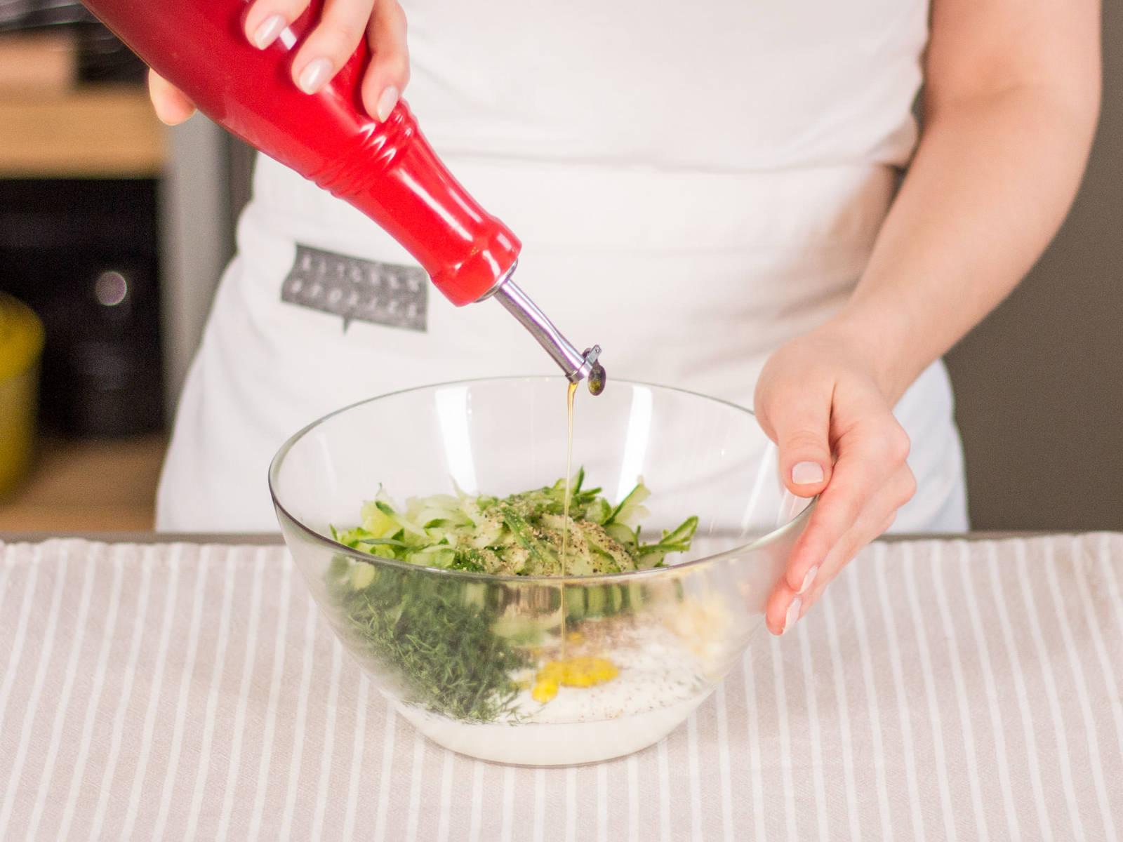 In einer großen Schüssel Joghurt, Gurke, Dill, Petersilie, die Hälfte des Knoblauchs und Olivenöl gut verrühren. Mit Salz und Pfeffer abschmecken.