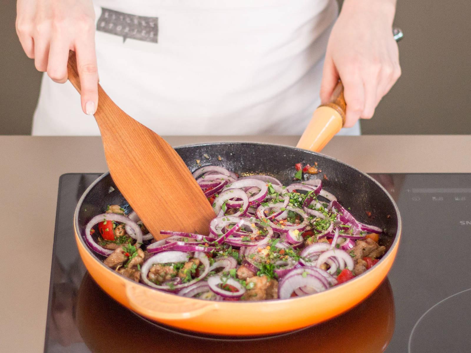 In einer großen Pfanne Fleisch in etwas Pflanzenöl bei mittlerer Hitze ca. 3 – 4 Min. anbraten. Dann Chili und restlichen Knoblauch hinzugeben, und ca. 1 – 2 Min. weiterbraten. Nun Zwiebel und Paprika dazugeben, gut umrühren und weitere 2 – 3 Min. braten. Vom Herd nehmen und mit Salz, Pfeffer und Paprikapulver abschmecken. Mit Oregano garnieren und dem Tzatziki servieren. Guten Appetit!