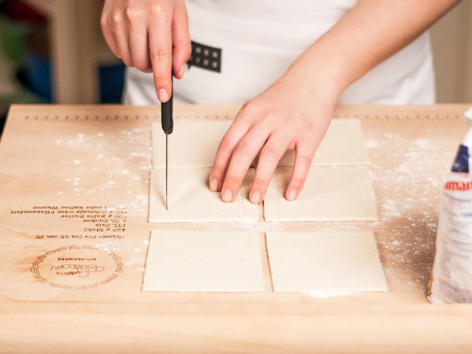 将烤箱预热至180摄氏度。用一把锋利的刀将已解冻的酥皮切分成6厘米见方的方块。