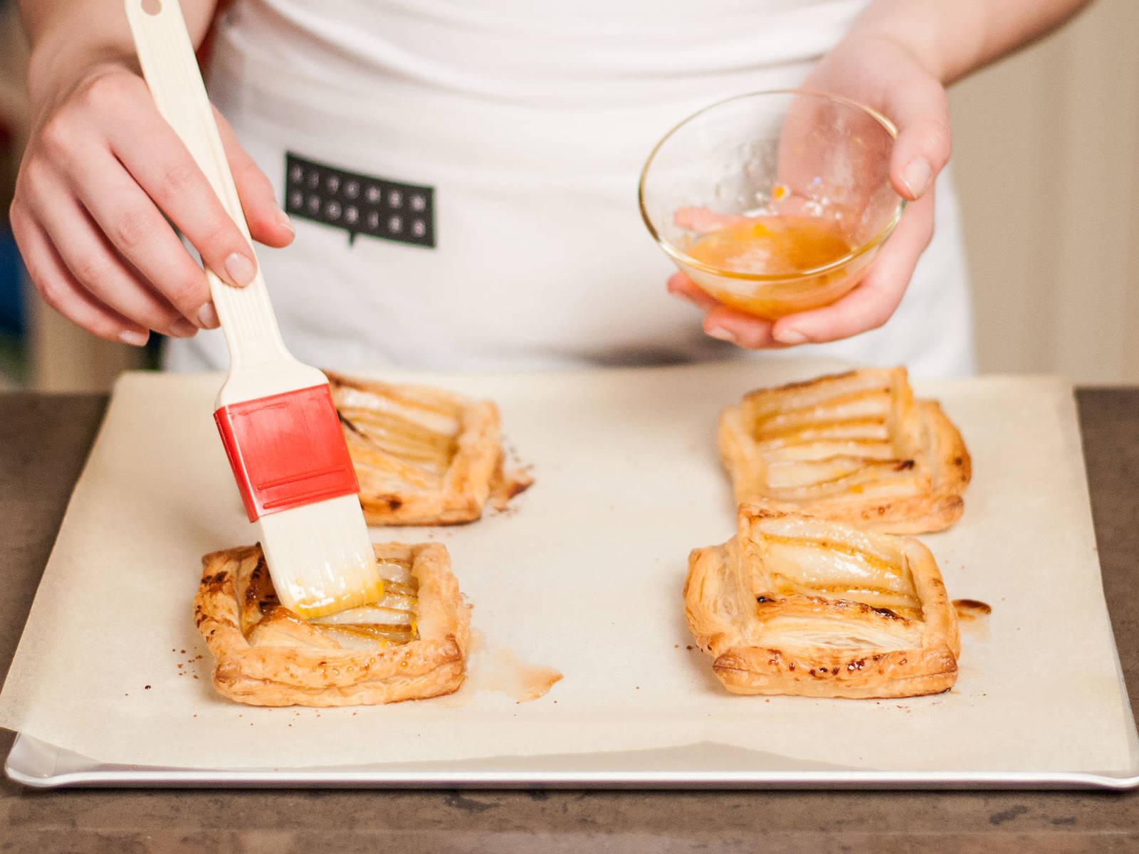 同时,在杏子酱中加少许水,放入微波炉加热或者放在灶上加热成液态,然后刷在烤好的挞上,配上一团打发好的奶油,在温热时享用。
