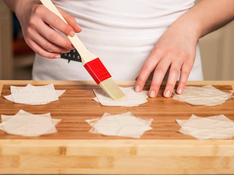 Strudelteig auf einer leicht bemehlten Fläche in ca. 5 cm große Quadrate schneiden. Zwei Quadrate kreuzweise übereinander legen. Dann ca. 1/3 der Butter schmelzen und den Teig damit bestreichen.