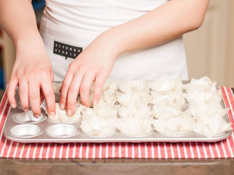 Anschließend Muffinbackformen mit vorbereiteten Strudelquadraten auslegen und ca. 10 – 15 Min. im vorgeheizten Ofen bei 180°C goldbraun backen. Dann zum Auskühlen beiseitestellen.