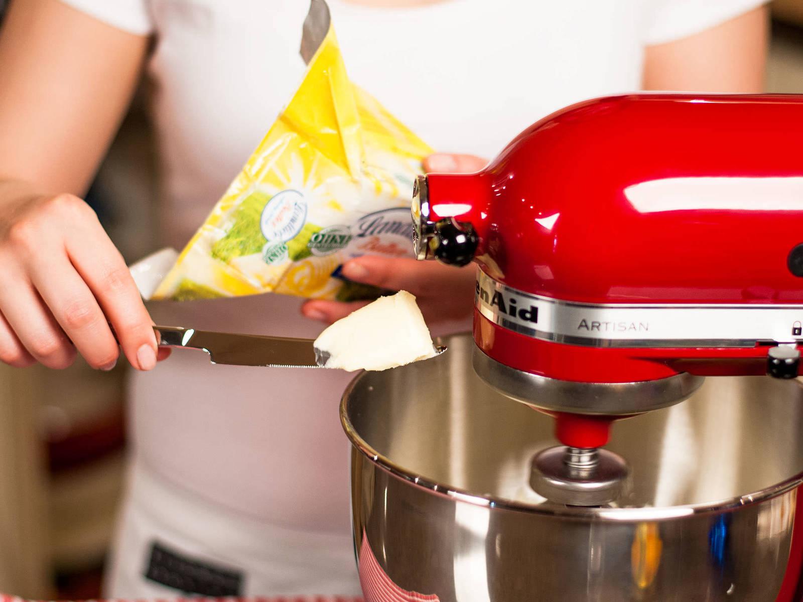 用手持搅拌机将黄油、糖和香草糖打发至发白并且蓬松。