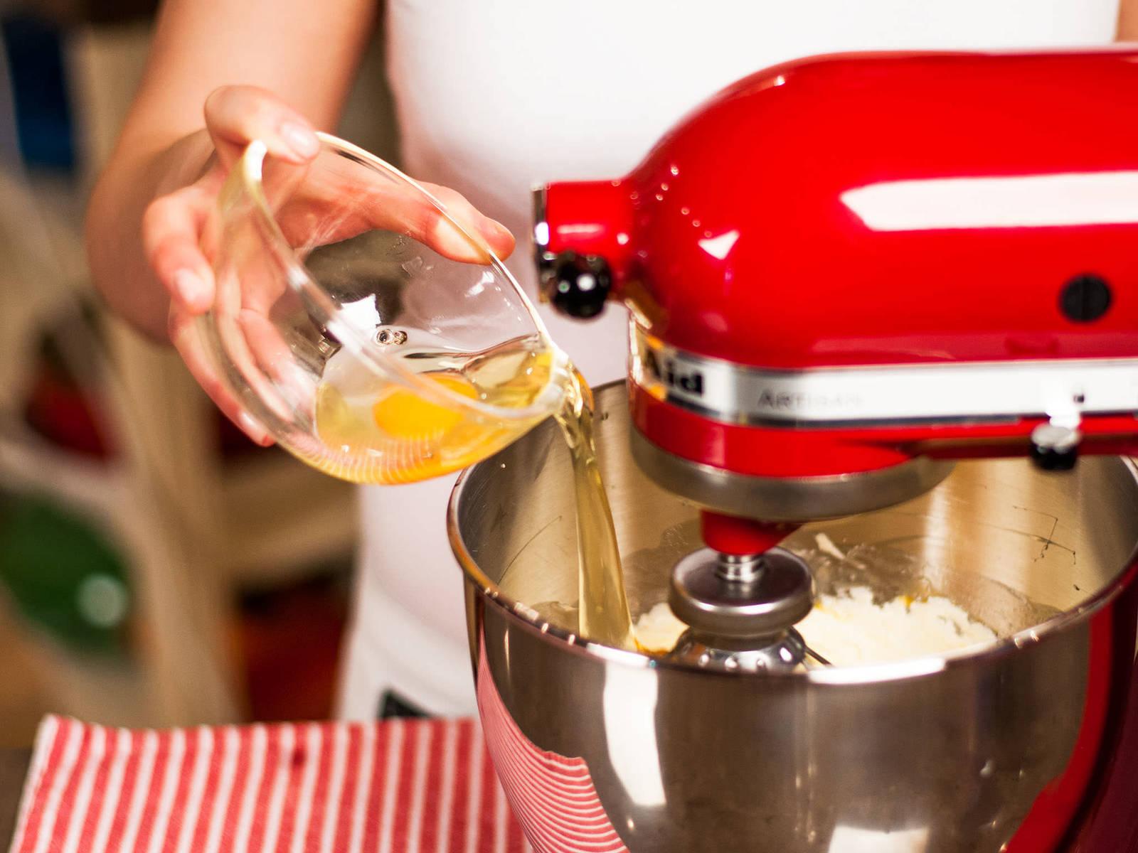 然后逐个加入鸡蛋,并搅打至完全融合。