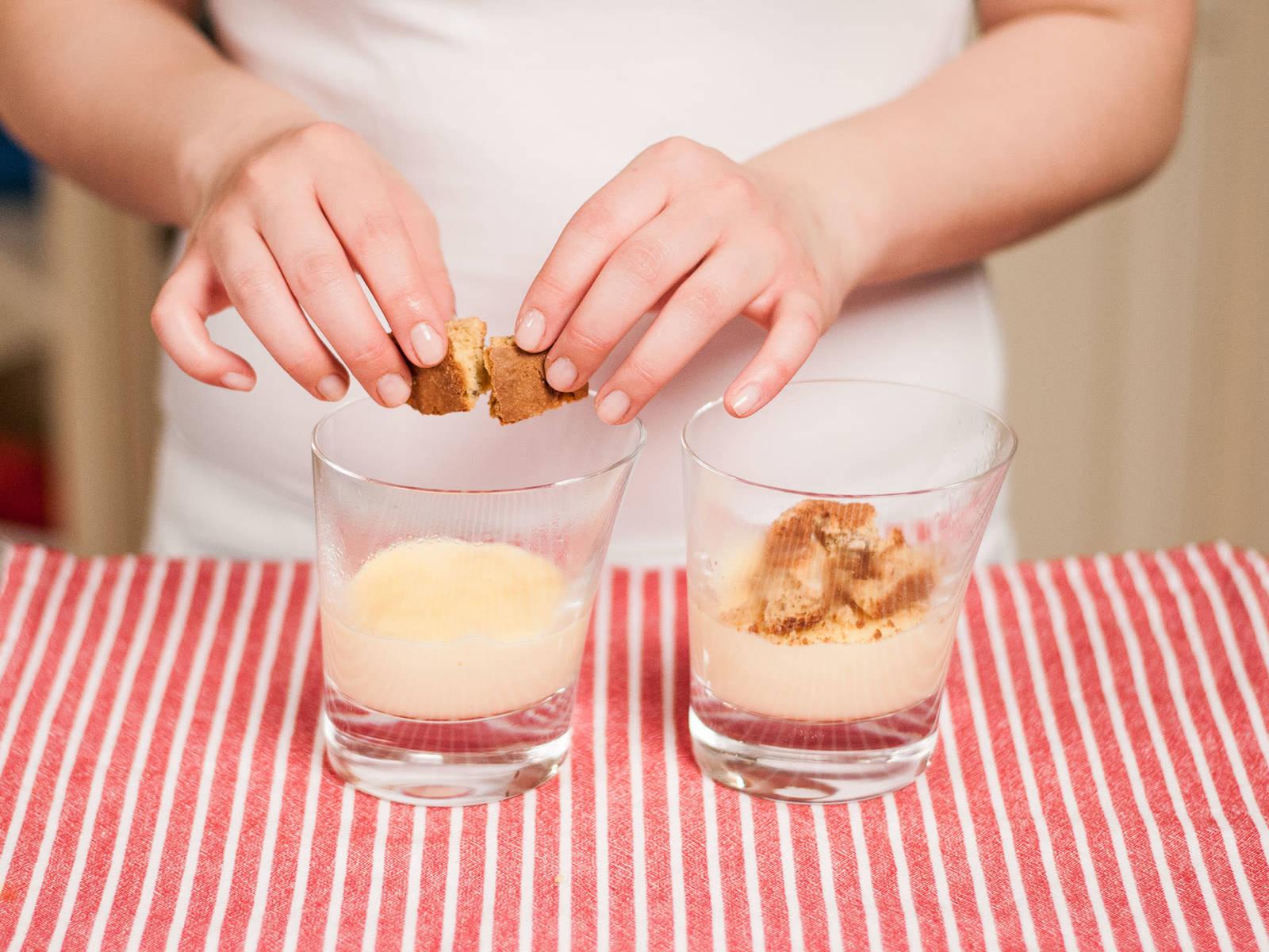 将蛋黄糊倒入杯中,静置冷却5-10分钟。压碎意大利咖啡饼干,洒在上面。