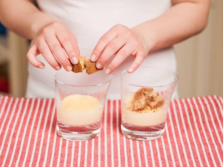 Pudding auf Serviergläser verteilen und ca. 5 – 10 Min. abkühlen lassen. Cantuccini darauf zerbröseln.