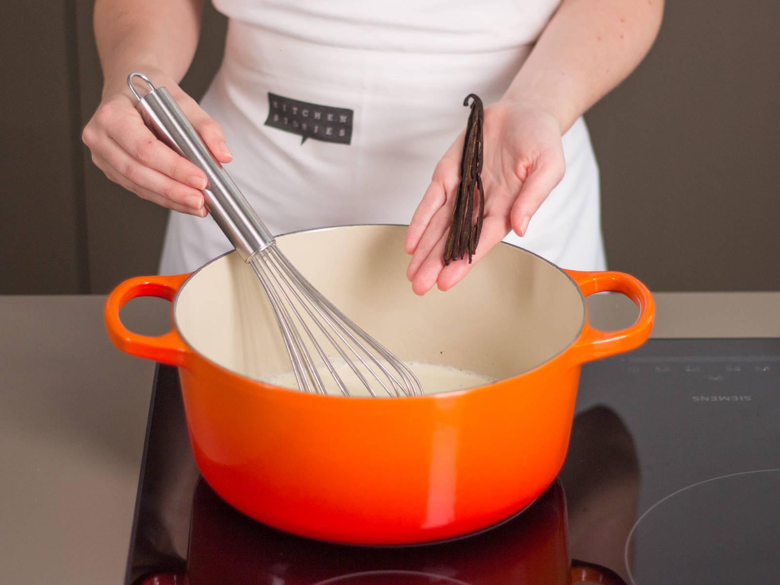 Milch, Sahne, Vanillemark und Schoten in einem großen Topf aufkochen. Beiseitestellen.