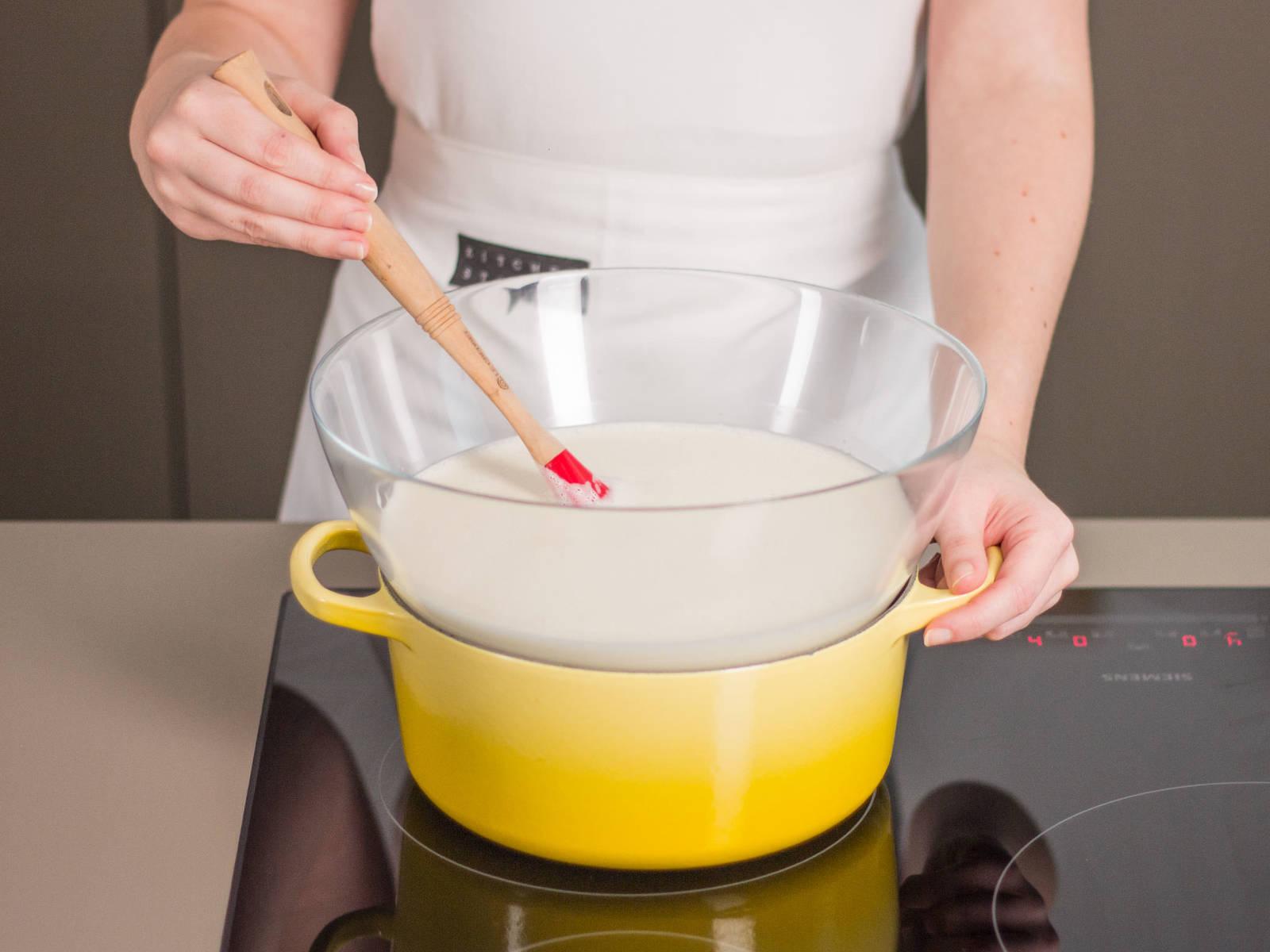 Eimasse mit Milch-Sahne-Mischung in einer großen Schale vermengen. In einem Wasserbad ca. 5 – 7 Min. konstant rühren, bis die Masse eindickt. Die Masse ist perfekt, wenn sie nicht mehr flüssig vom Gummispatel läuft, sondern diesen bedeckt. Anschließend für ca. 30 – 35 Min. in den Kühlschrank geben.
