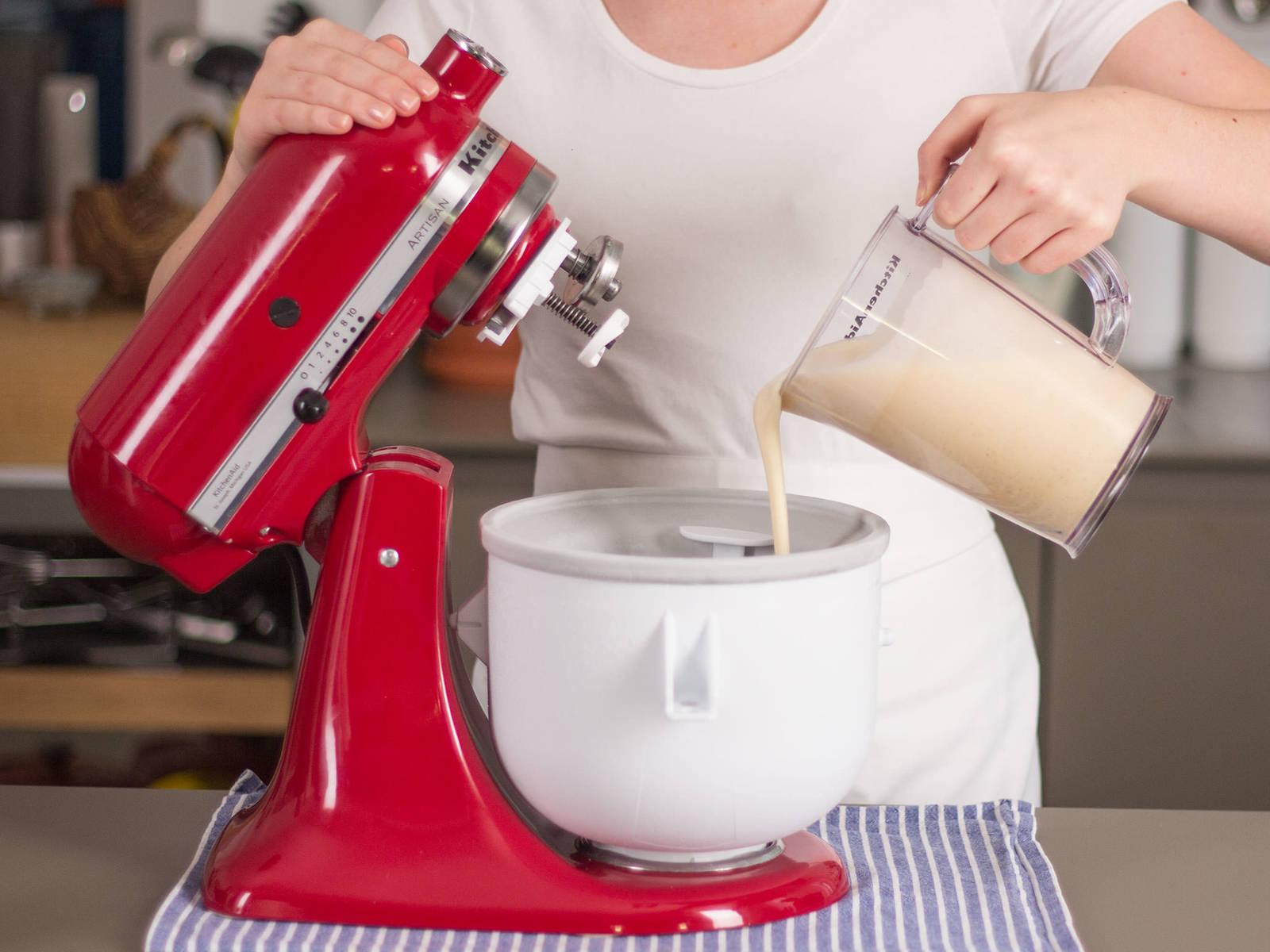 Masse aus dem Kühlschrank nehmen. Eiscreme-Maschine einschalten und Masse vorsichtig hineingeben. Ca. 15 – 20 Min. rühren. Zum Servieren in Schüsseln geben. Guten Appetit!