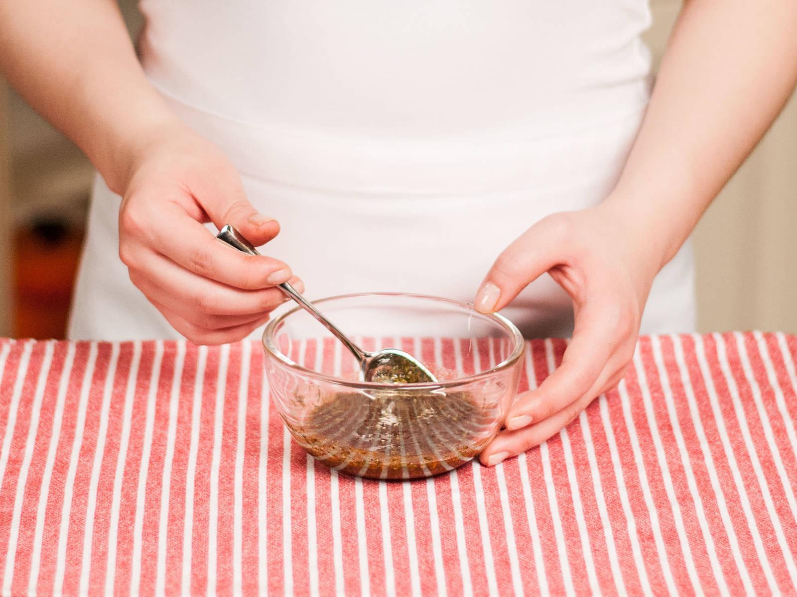 将剁好的香草、甜椒粉、橄榄油、盐和胡椒放入小碗中混合,制成腌料。