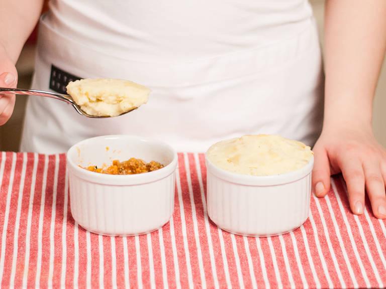 Anschließend das Fleisch in eine Auflaufform geben und gleichmäßig mit Kartoffelpüree bedecken.